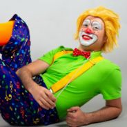 Клоун-дирижер и духовой оркестр