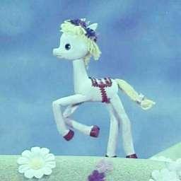 Одна лошадка белая